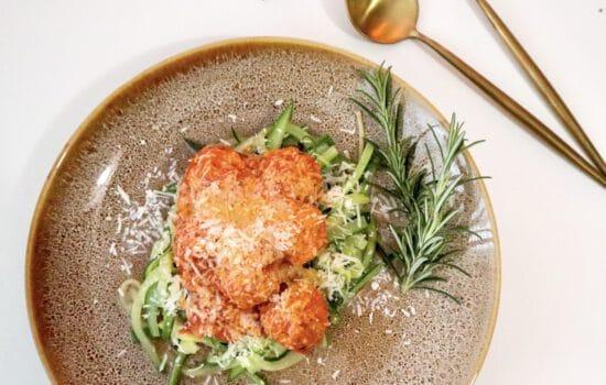 Courgetti Kipgehaktballen in Tomatensaus